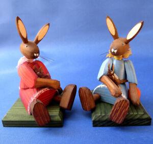 Osterhase Hasenmädchen sitzend Hase mit Puppe Holzkunst Steglich Fachhändler