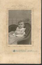 KAB**Kleines Mädchen in Sessel sitzend * Zwickau i. S. um 1900