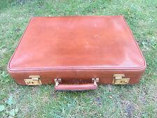 ancienne et belle valise porte habit cuir, déco vintage théâtre boutique, etc.