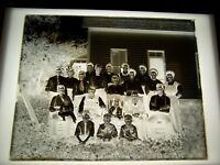 """ANTIQUE 8"""" X """"10"""" GLASS PHOTOGRAPH NEGATIVE OF LARGE FAMILY OUTSIDE OF HOUSE"""