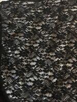 TISSU DENTELLE NOIRE FLEURS EN RELIEF  EN 160 cm DE LARGE AU MÈTRE