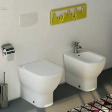 Sanitari filo muro Ideal Standard Tesi con scarico traslato e AquaBlade con sedi