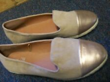 NEW/F & F /BEIGE AND GOLD/FAUX SUEDE/FLATS/SIZE 7