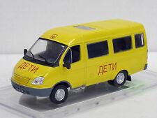 GAZ 322121 Schulbus, gelb, 1/43, IXO/IST/Kultowe Auta PRL, m.Amjo-Vitrine