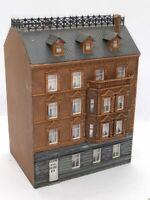 Pola Großes Mehrfamilienhaus mit schönem Dach und Erkern BELEUCHTET Spur N D0126