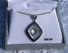 NIB  GORGEOUS CRYSTAL PENDANT ON SILVER PLATED CHAIN NECKLACE