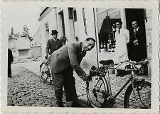 PHOTO ANCIENNE - VINTAGE SNAPSHOT -VÉLO BICYCLETTE GONFLAGE PNEU MODE DRÔLE-BIKE