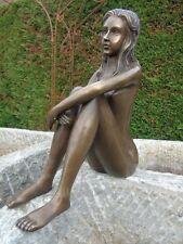 NUE EN BRONZE, statue d une femme assise nue .bronze de jardin .