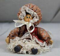 Kleine ältere Puppe aus Holz mit aufwendig gearbeiteter Kleidung - ca 16 cm /312