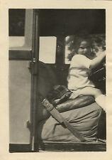 PHOTO ANCIENNE - VINTAGE SNAPSHOT - CURIOSITÉ ENFANT VOITURE VOLANT DRÔLE - CAR