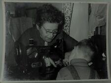 PHOTO D'ART DE 1960 .SINGER. COUTURE DE G.TEISENTZ . 29x39 cm . SNAPSHOT VINTAGE