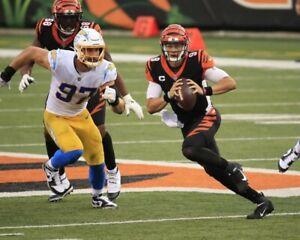 JOE BURROW 8X10 PHOTO CINCINNATI BENGALS PICTURE NFL FOOTBALL GAME ACTION