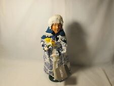 Byers Choice Exclusive Williamsburg 2016 Colonial Woman with Daffodils
