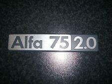 Emblem Badge Alfa Romeo 75 2.0 aus Metall, ca. 17 x 3,5 cm NOS