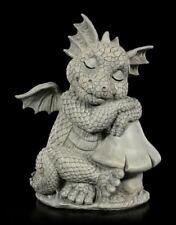 Drachen Gartenfigur - Sitzt neben Pilz - Fantasy Gartendrache Deko Statue Drache