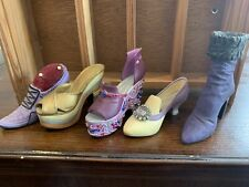 The right shoe - lot 3, 2 Bonus Shoes