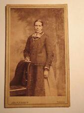 Tachau - stehende Frau im Reifrock - Kulisse - Portrait / CDV