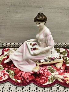 ❤ 2001 ROYAL ALBERT OLD COUNTRY ROSES PRETTY LADIES FIGURINE THOUGHTS OF YOU RA1