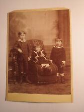 3 Kinder - Jungen - Sessel - Kulisse - Junge mit Foto - ca. 1880er Jahre / KAB