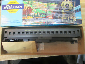 HO Scale Southern Pacific 70' Heavyweight Coach Passenger Car by Athearn DMT60