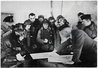 Flugzeugführer und Beobachter in der Wetterwarte. Orig-Pressephoto, von 1940