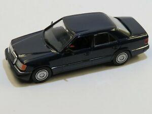 Modell in 1:43 Mercedes Benz 250D - W124 von MINICHAMPS in dunkelblau