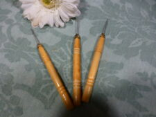 neuf  crochet en bois tourné pour   tirer  les élastiques des poupées,poupons