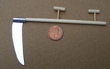 1:12 legno e metallo manico lungo FALCE casa delle bambole miniatura accessori da giardino