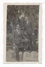 PHOTO ANCIENNE Deux hommes Two men Gay Interest 1934 Homme Mode Chapeau Jardin