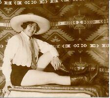 Femme c. 1930 - Sexy Chapeau Bottes Short - AN 35