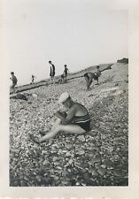 PHOTO ANCIENNE - VINTAGE SNAPSHOT - HOMME PLAGE GALET MAILLOT GAY INT. - BEACH