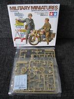 Diorama Set mit Motorrad und Wegweiser von TAMIYA im Maßstab 1:35 *NEU*