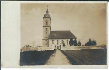 Ansichtskarte Aufnahme einer Kirche mit Feld und Friedhofsmauern -Fotokarte 1908