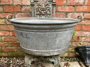 Vintage metal bath, in very good condition.