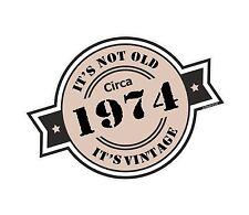 Il n'est pas vieux Circa 1974 Rosette Emblème Pour Casque Moto Vinyle Autocollant Voiture