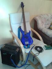 blauer Vester E Bass, blaues Kabel, Verstärker und Stimmgerät