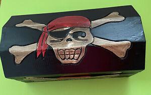 Schatztruhe, Piraten, Totenkopf-Motiv aus Holz  Maße ca 39x19x20 cm B-Ware
