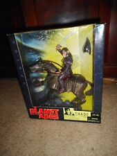 2001 NRFB Hasbro PLANET OF THE APES Thade a Caballo Figura (S15)