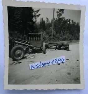 Foto KARMELAVA - LITAUEN Pak mit Munitionswagen in der Ortschaft.