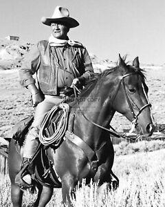 JOHN WAYNE LEGENDARY ACTOR - 8X10 PUBLICITY PHOTO (SP229)