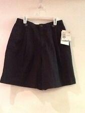 New LizSport Black pleated Walk shorts size 8 Petite (classic length)