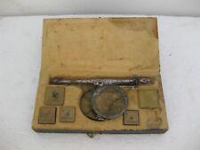 balanza antiquísima de pesar metales nobles y monetarios en su caja original