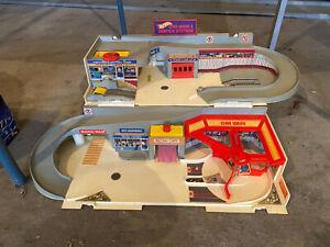 Vintage 1979 Mattel Hot Wheels Car Wash & Service Station Playset fold up