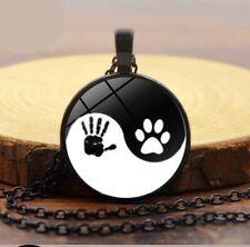 Yin Yang-Anhänger schwarz mit Kette Hand und Pfote Hund Cabochon