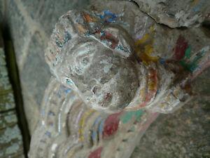 Ancienne arche en pierre sculptée personnage et oiseaux / Inde