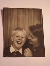 Frau und Junge zeigen Zähne beim Lachen - Portrait / Foto