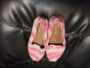LADIES TOMS PINK AND WHITE STRIPED CASUAL SHOE SIZE W7 NWOT