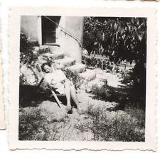 Jeune femme chaise longue jardin - photo ancienne amateur an. 1940