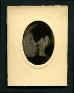 French 1920s Lenticular COUPLE KISSING Animated WIGGLE Kiss ~ VASTA Archive