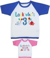 Babyprem Look Who's 3 - Chicos y Chicas Second 3º Cumpleaños Ropa Camiseta